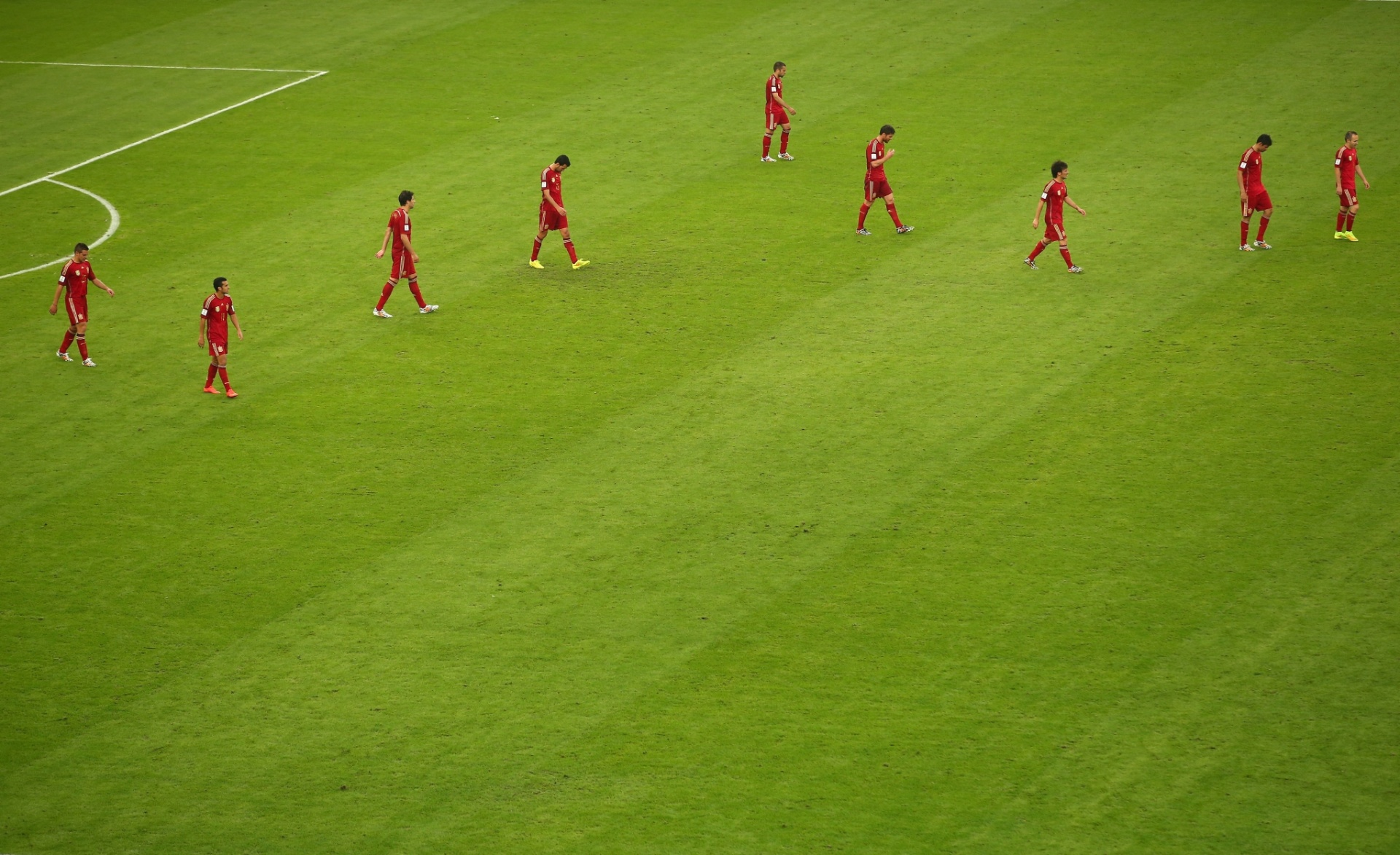 Atuais campeões mundiais, jogadores da Espanha retomam suas posições em campo depois de sofrer gol do Chile no Maracanã
