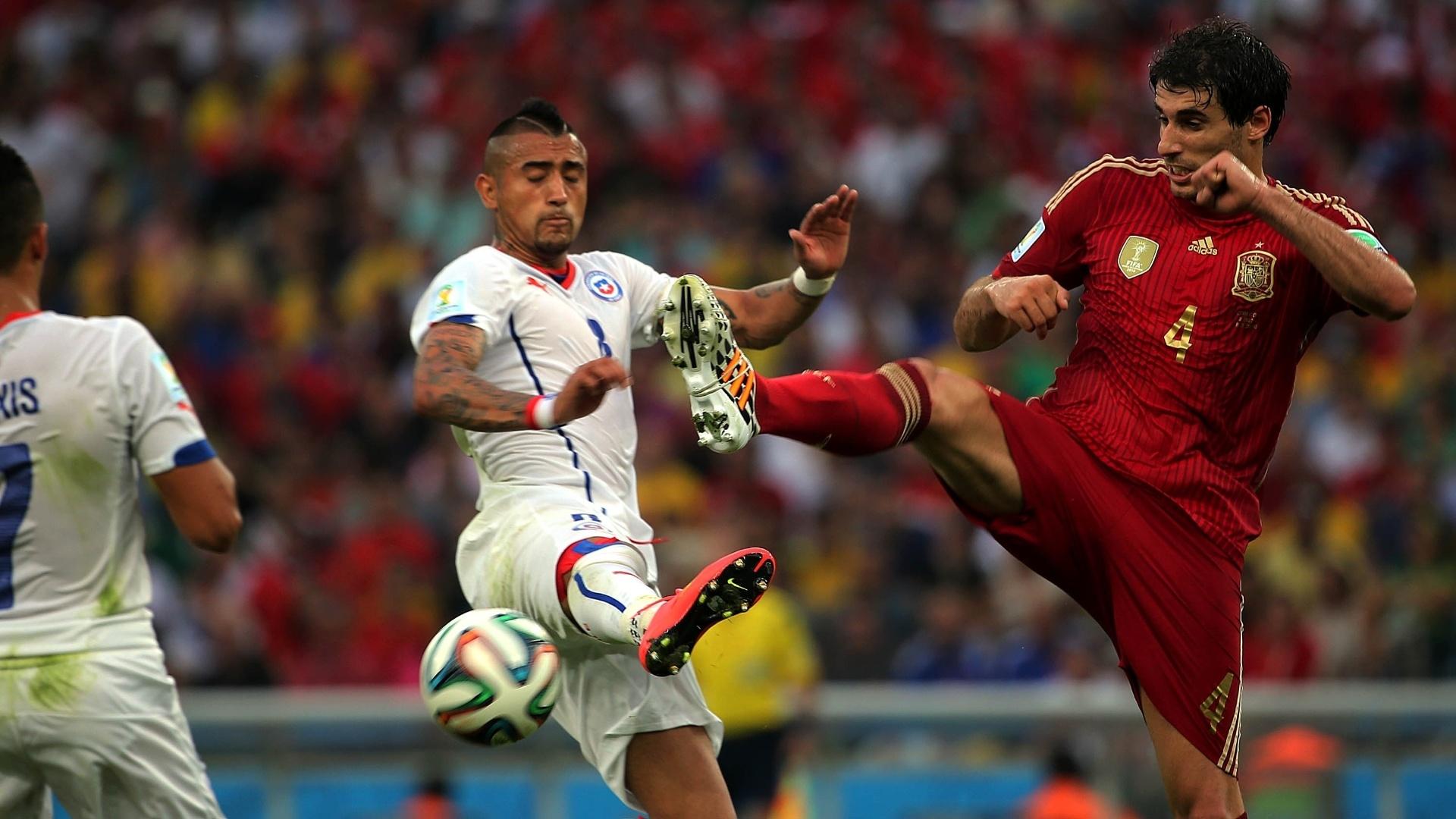 Chileno Vidal divide a bola com o espanhol Javi Martínez pela segunda rodada da Copa do Mundo