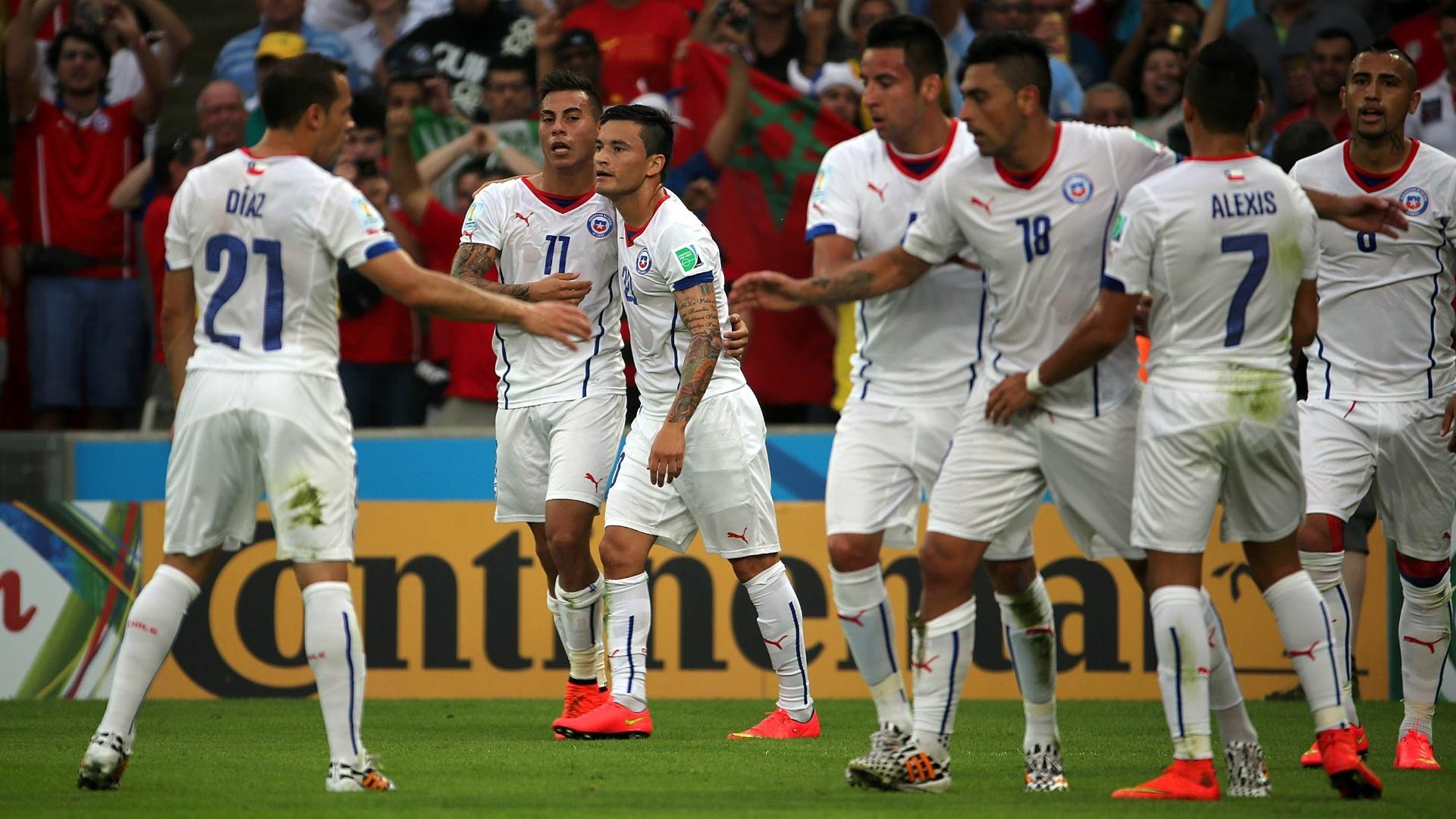 Chilenos comemoram o primeiro gol contra a Espanha, pela segunda rodada da Copa do Mundo