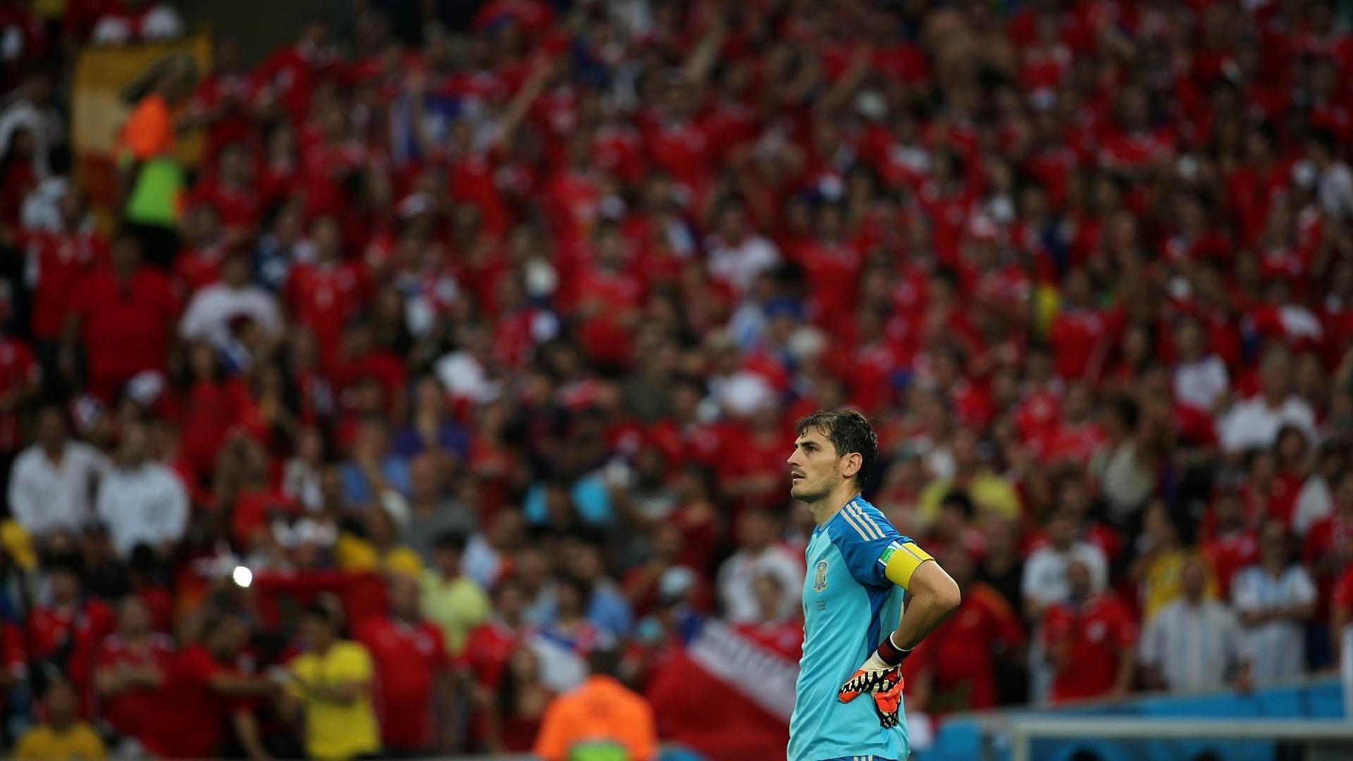 Com as mãos na cintura, Casillas lamenta e vê a situação da Espanha se complicar na Copa do Mundo