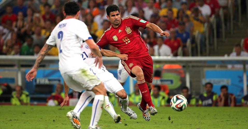 Espanhol Diego Costa tenta escapar da marcação chilena na partida no Maracanã