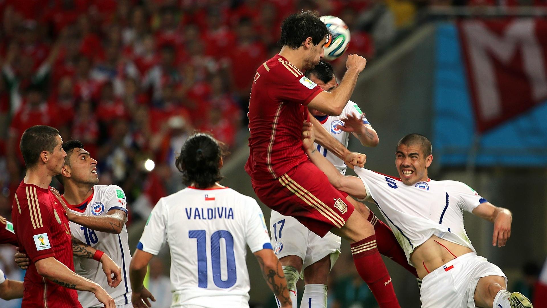Espanhol Javi Martínez divide a bola no alto na derrota para o Chile por 2 a 0. Os atuais campeões estão fora da Copa do Mundo