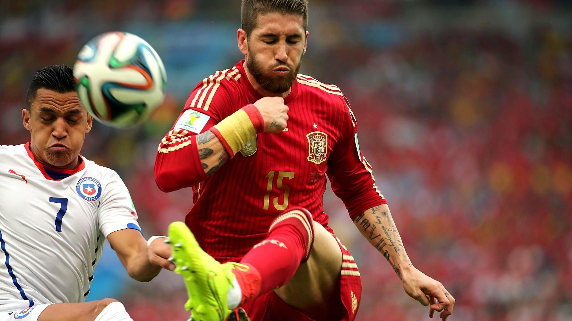 Espanhol Sergio Ramos divide a bola com o chileno Alexis Sánchez no Maracanã