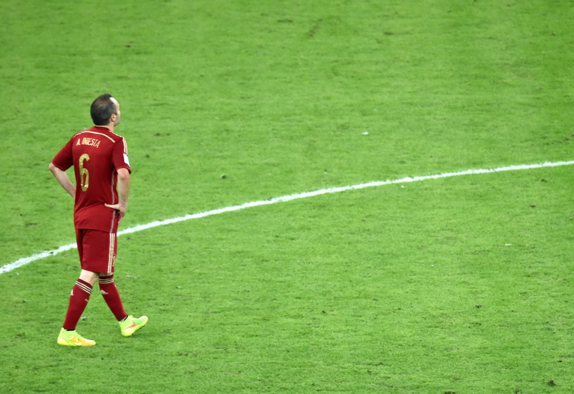 Iniesta caminha sozinho no meio do campo do Maracanã na derrota espanhola para o Chile por 2 a 0
