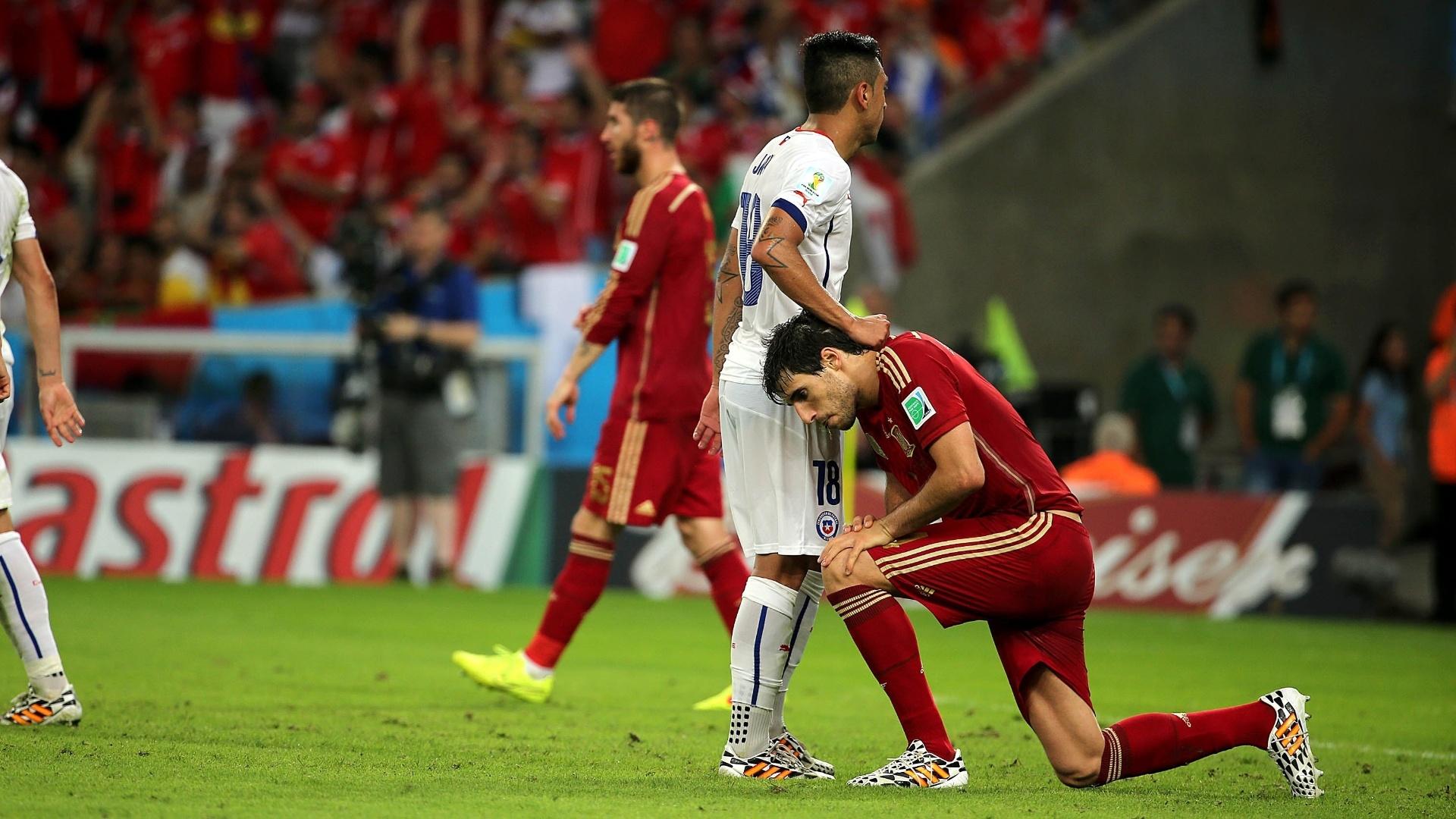 Javi Martínez se levanta e é consolado pelo chileno Vargas na derrota espanhola por 2 a 0