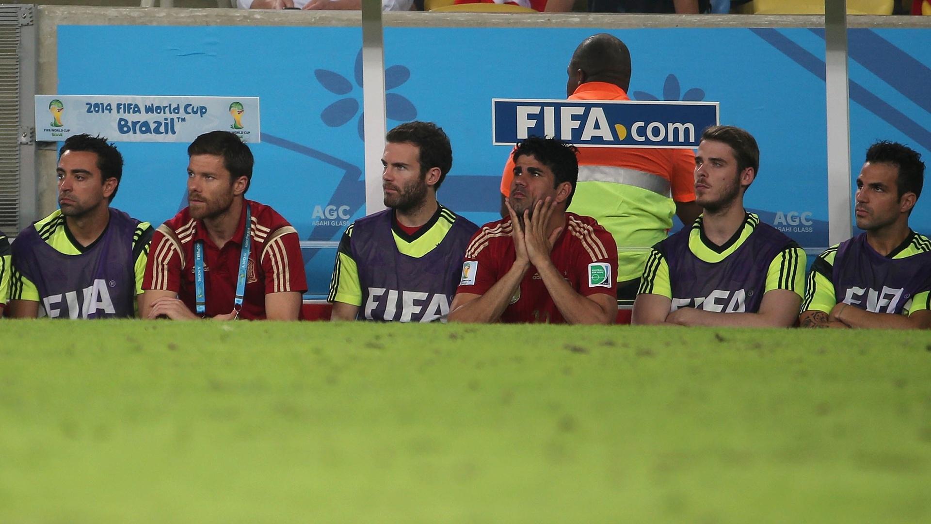 Jogadores da Espanha observam a derrota da seleção para o Chile, no Maracanã, por 2 a 0