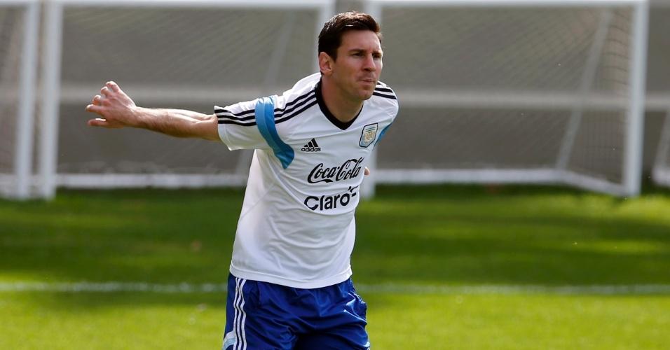Lionel Messi faz aquecimento durante treino da seleção da Argentina, nesta quarta-feira