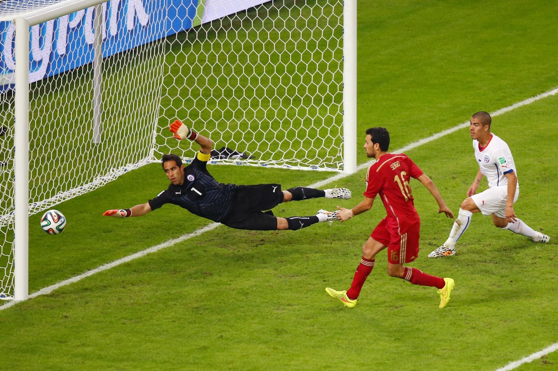 Sergio Busquets desperdiça oportunidade na cara do gol e aumenta o desespero espanhol no Maracanã