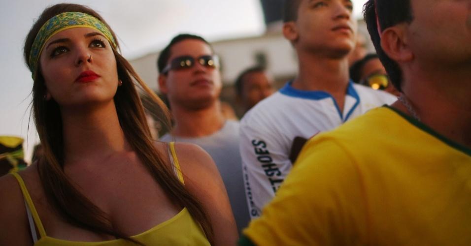 Torcedora brasileira acompanha atentamente o jogo contra o México