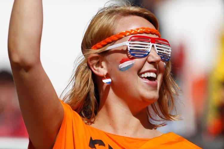 Torcedora da Holanda capricha nos adereços para apoiar o time contra a Austrália