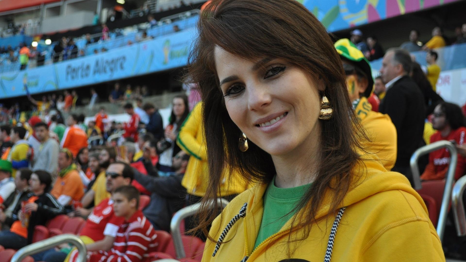 Torcedora de verde e amarelo mostra seu apoio pela Austrália contra a Holanda