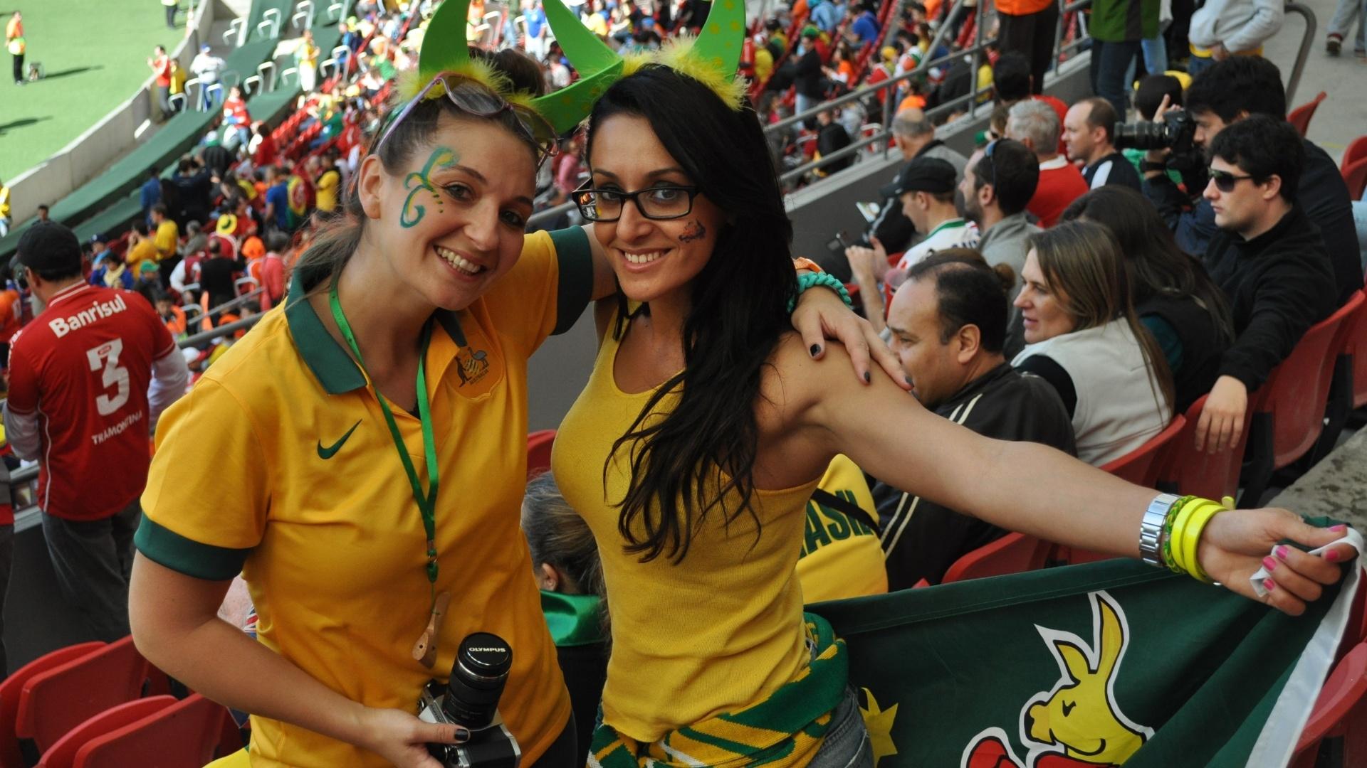 Torcedoras de verde e amarelo mostram apoio pela Austrália contra a Holanda