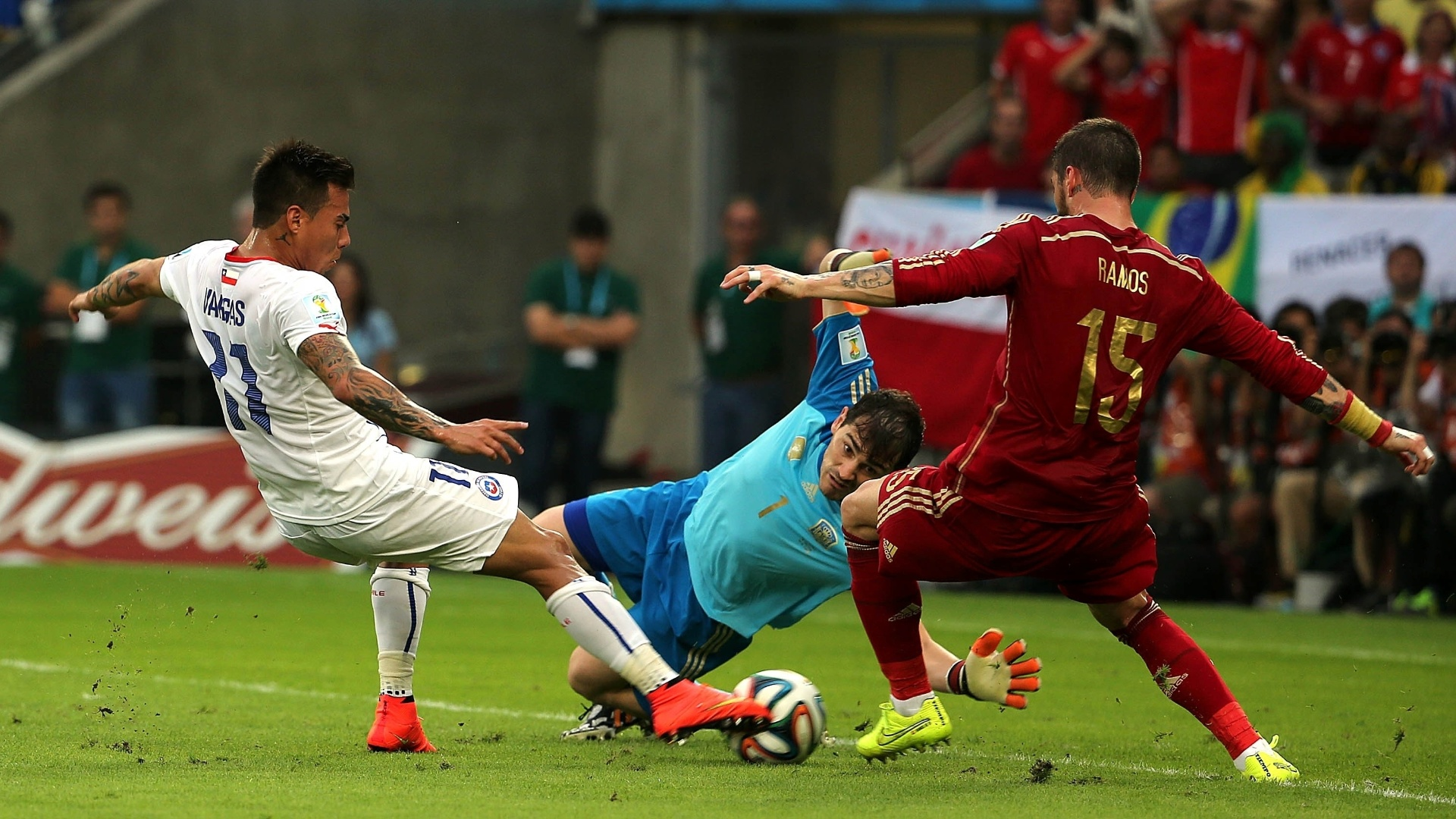 Vargas finaliza para colocar o Chile na frente da Espanha aos 19 minutos do primeiro tempo