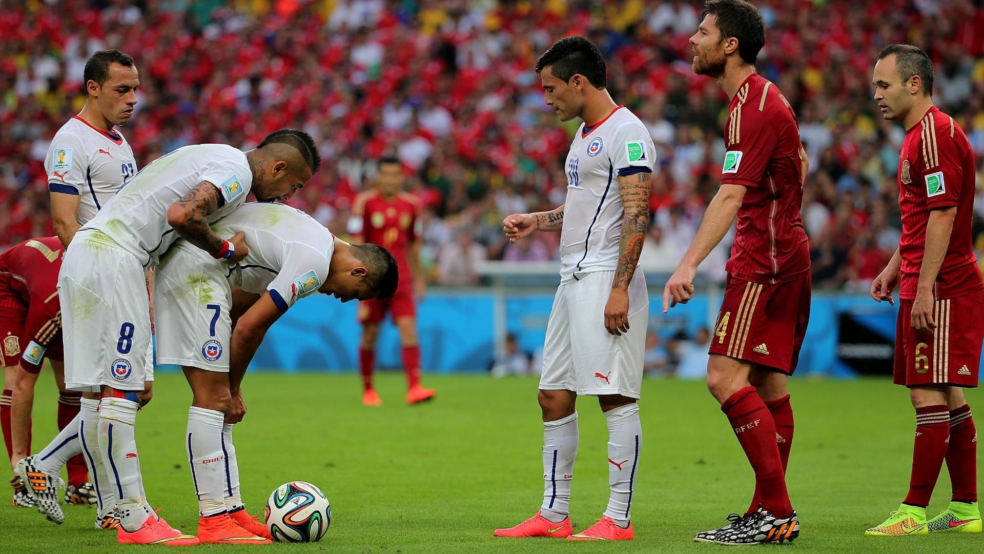 Vidal conversa com Sanchez antes da cobrança de falta que resultou no segundo gol do Chile contra a Espanha