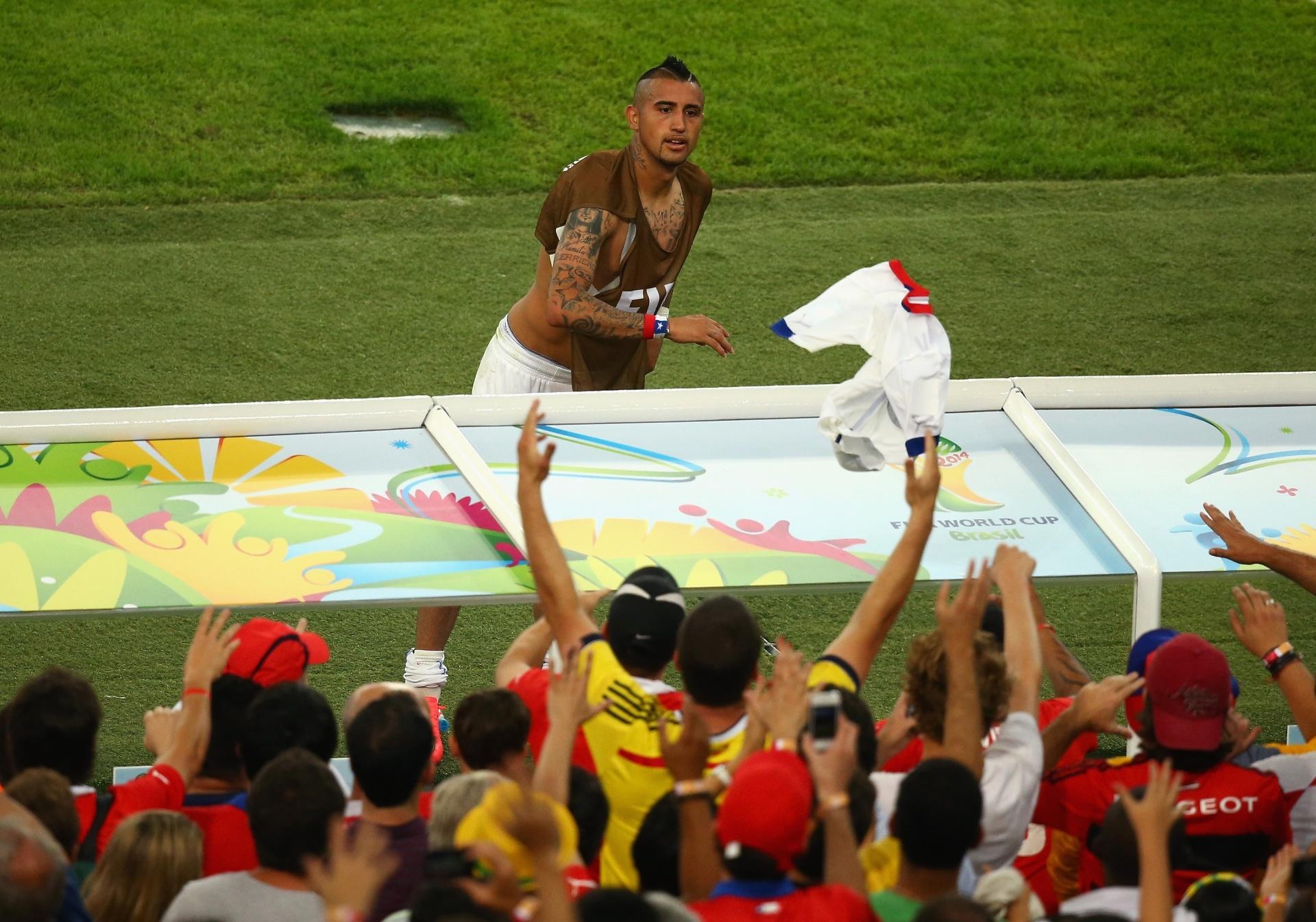 Vidal joga sua camisa para a torcida chilena no Maracanã após a vitória sobre a Espanha por 2 a 0
