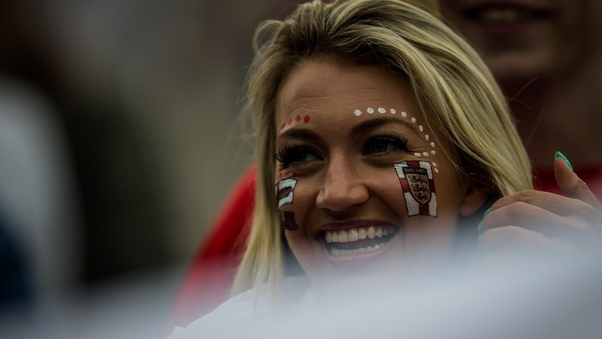 19.jun.2014 - A bela torcedora da Inglaterra aguarda início do jogo contra o Uruguai no Itaquerão