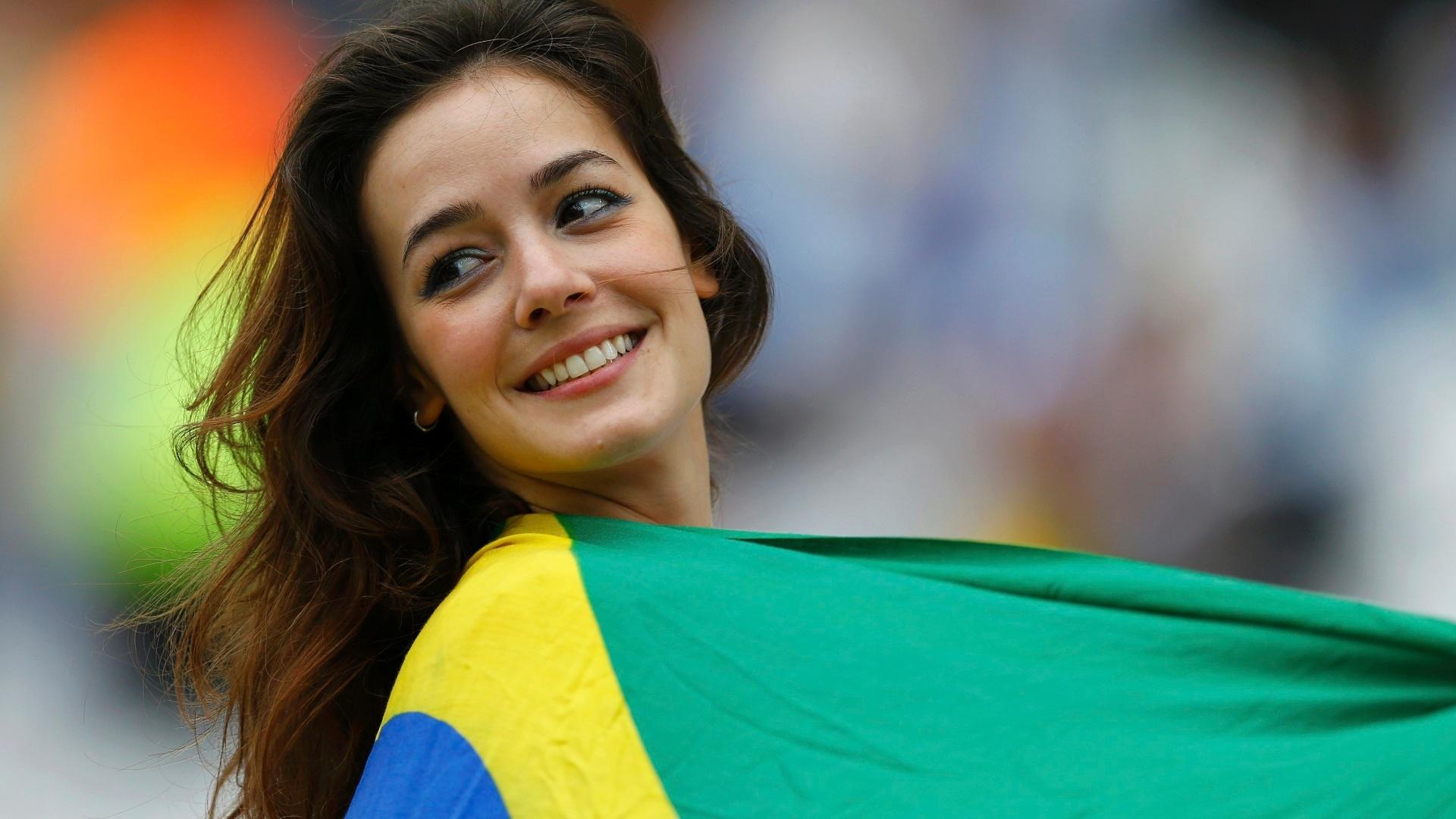 19.jun.2014 - A bela torcedora não perdeu a oportunidade de ir ao Itaquerão assistir Uruguai x Inglaterra com a bandeira brasileira