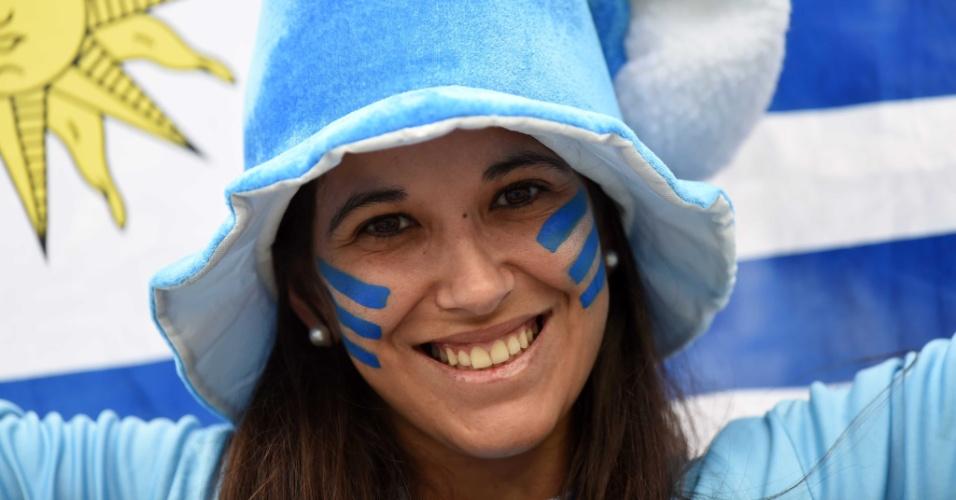 19.jun.2014 - A torcedora do Uruguai está radiante no Itaquerão após a vitória por 2 a 1 sobre os ingleses