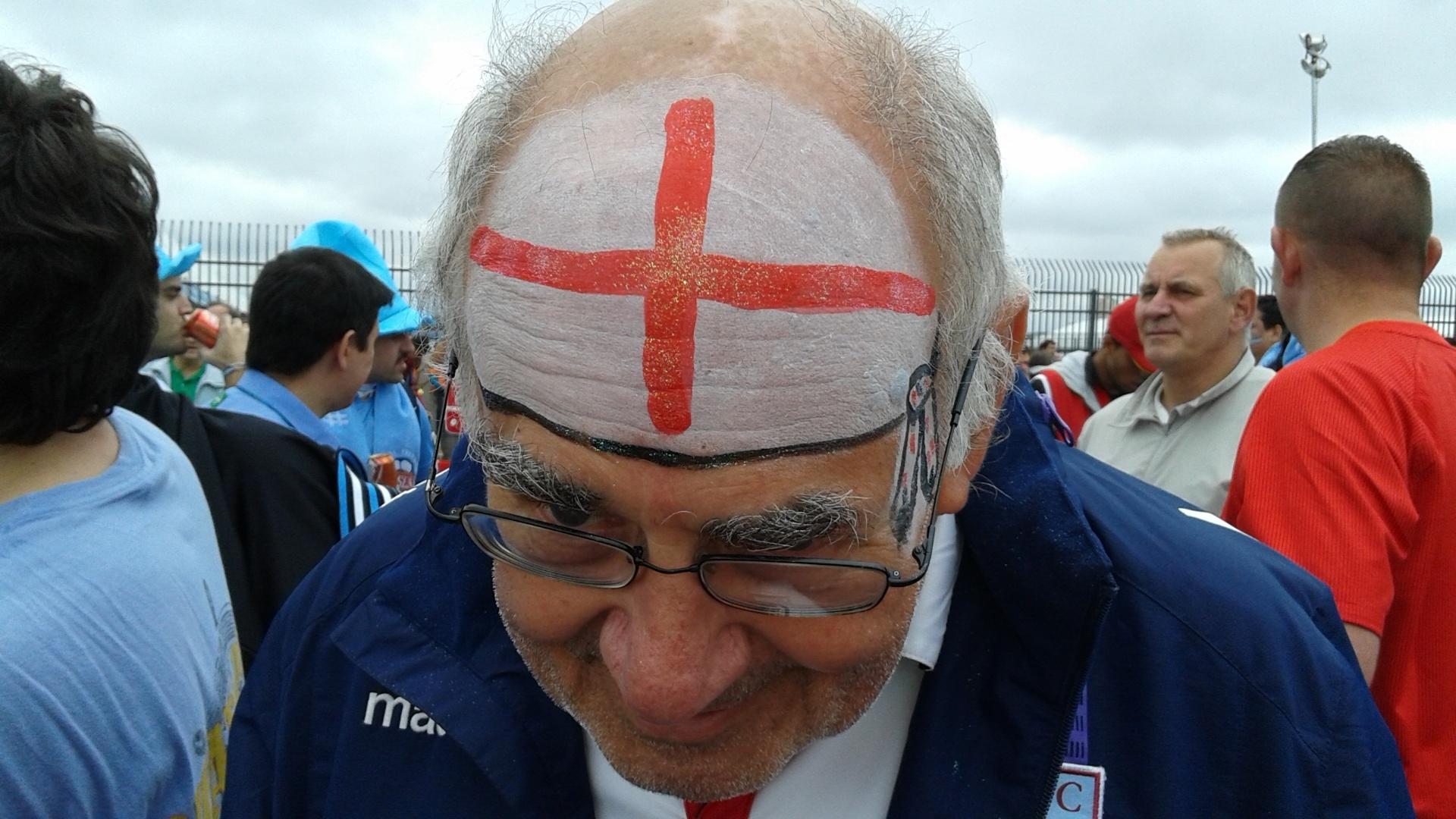 19.jun.2014 - Torcedor inglês exibe pintura com a bandeira da Inglaterra