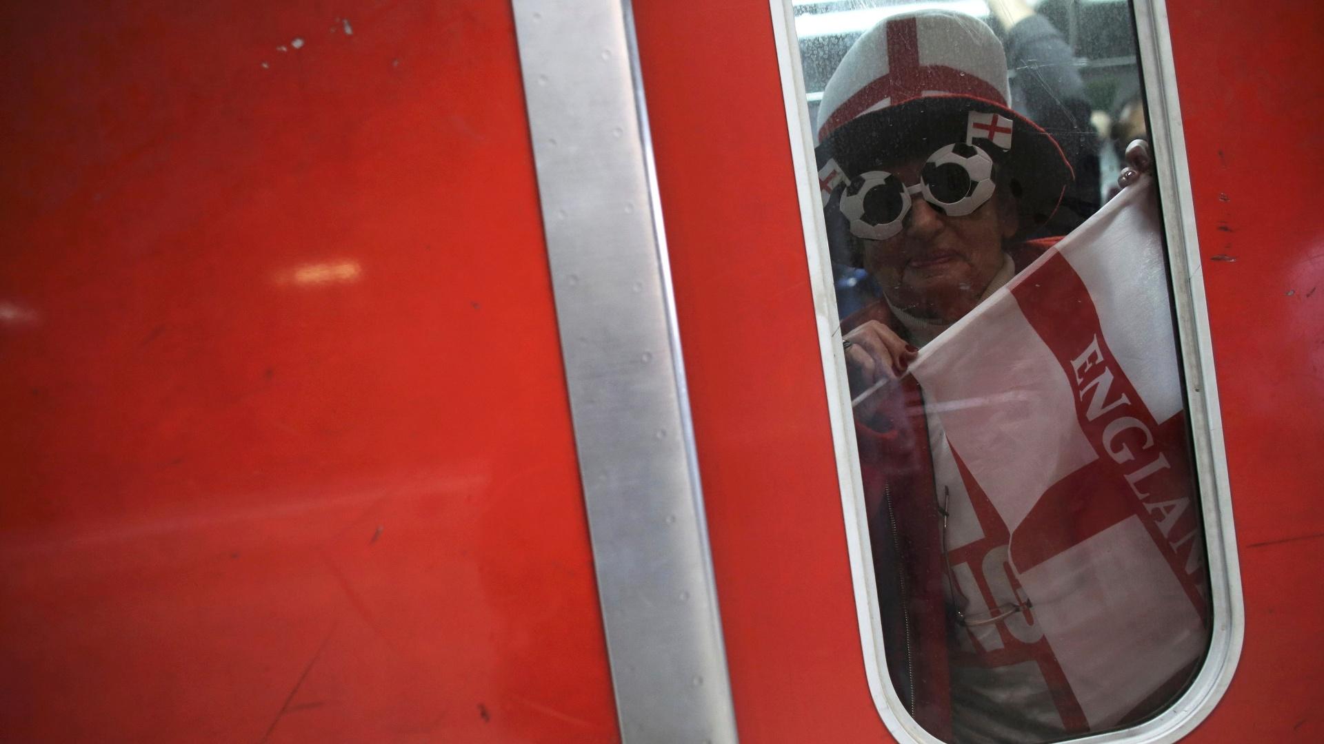 19.jun.2014 - Torcedor inglês usa o trem para chegar ao Itaquerão