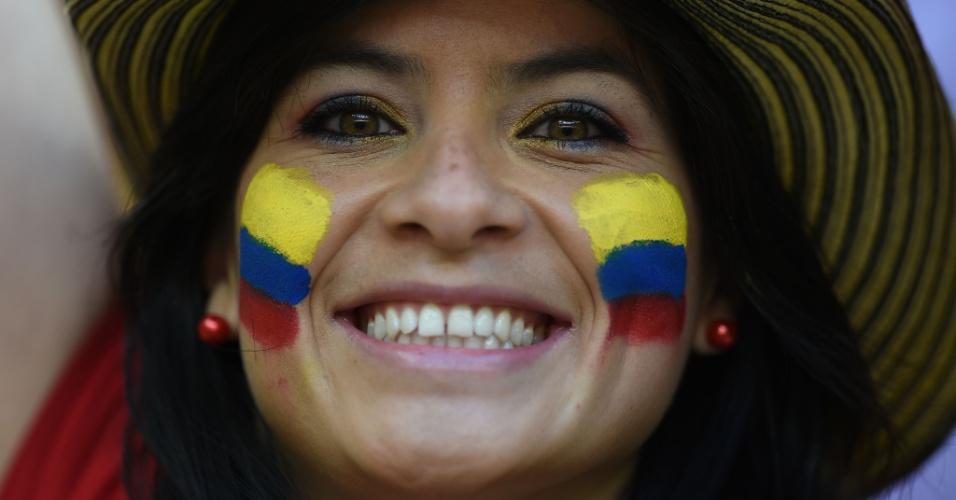 19.jun.2014 - Torcedora colombiana exibe belo sorriso na arquibancada do Mané Garrincha durante jogo contra a Costa do Marfim