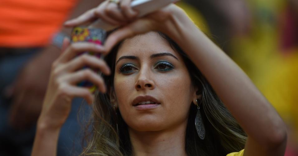 19.jun.2014 - Torcedora em busca do melhor clique na arquibancada do Mané Garrincha