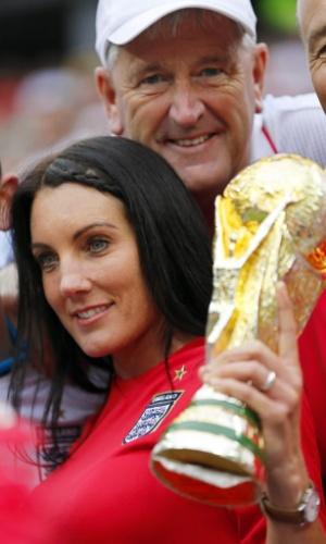 19.jun.2014 - Torcedora inglesa ergue a taça da Copa do Mundo. Merece o título de uma das mais belas no Itaquerão