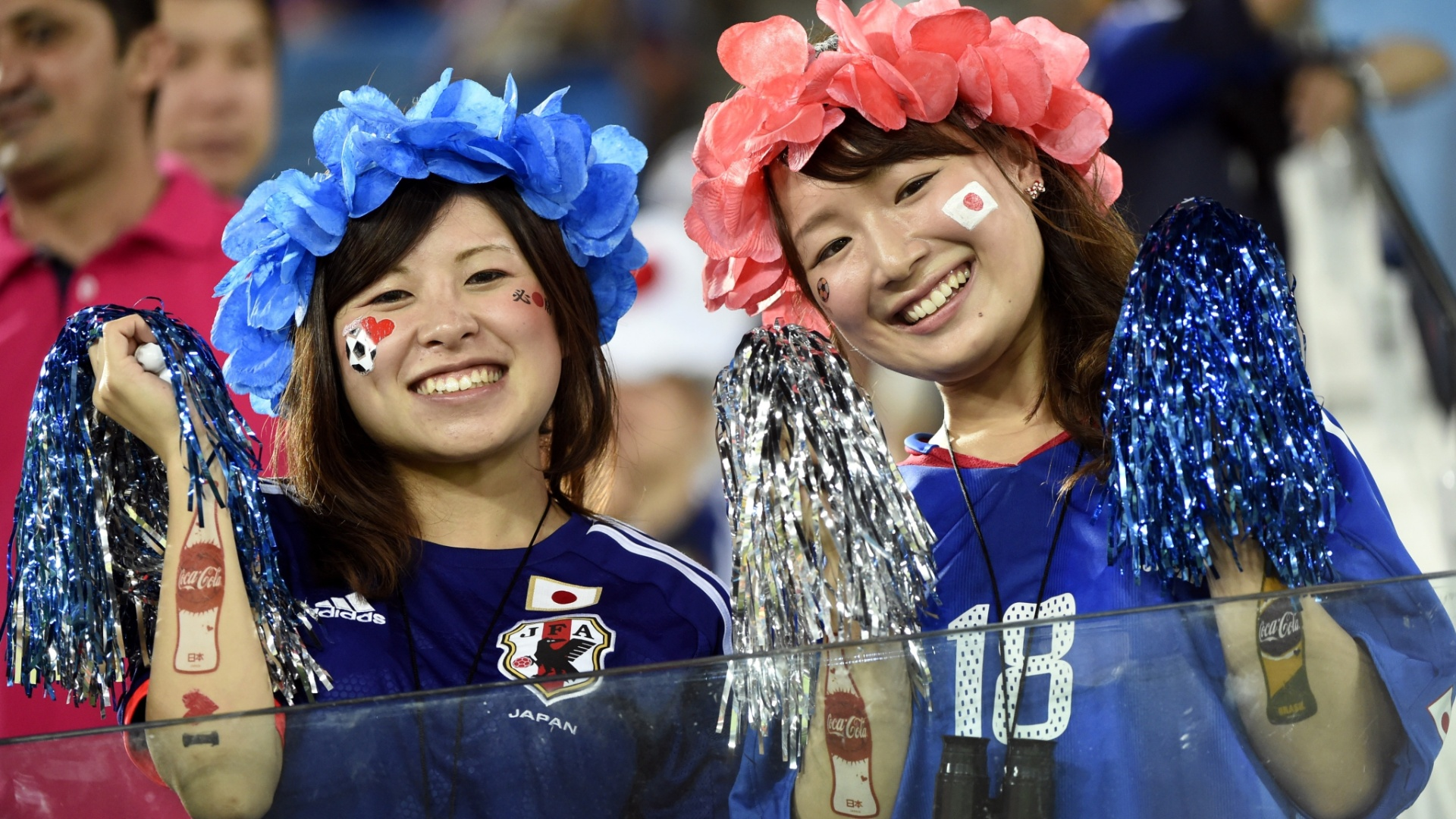 19.jun.2014 - Torcedoras do Japão tentam apoiar equipe no 0 a 0 com a Grécia na Arena das Dunas