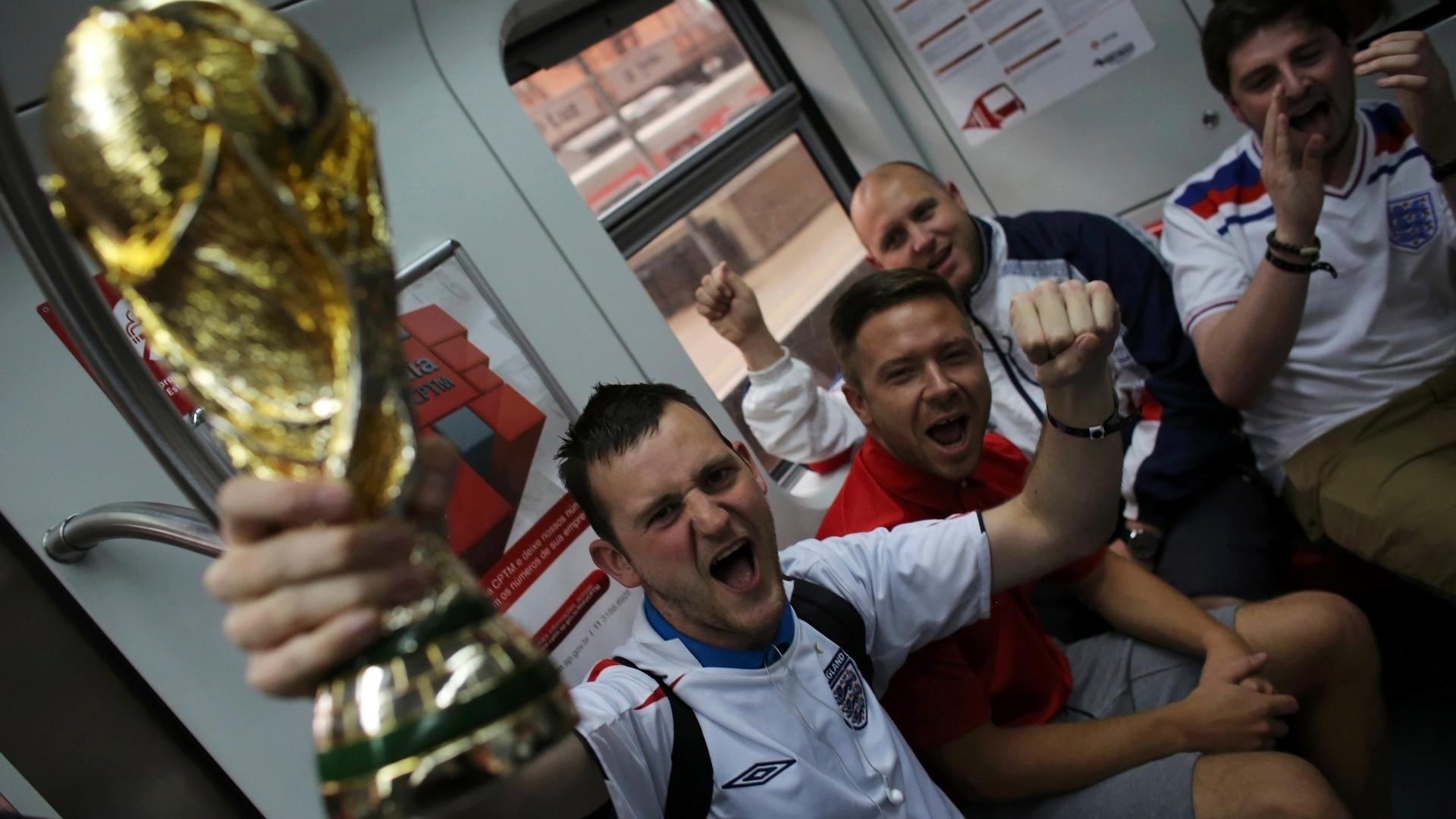 19.jun.2014 - Torcedores da Inglaterra no trem com destino ao Itaquerão