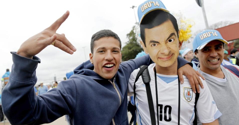 19.jun.2014 - Uruguaio posa para foto com máscara de Mr. Bean nas proximidades do Itaquerão