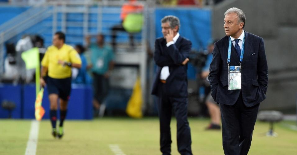 Alberto Zaccheroni (dir.) e Fernando Santos, técnicos de Japão e Grécia, respectivamente, observam suas equipes durante jogo na Arena das Dunas