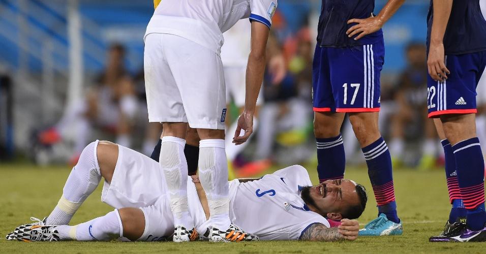 Atacante grego Kostas Mitroglou reclama de dor antes de ser substituído ainda no primeiro tempo