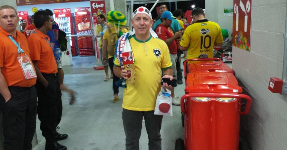 Brasileiro Sérgio Henrique recolhe sujeira e coloca em sacola dada por japoneses