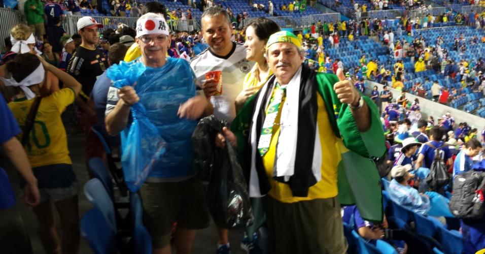Brasileiros Anselmo Almeida e Lúcio Flávio aderem à faxina japonesa e recolhem o lixo da Arena das Dunas