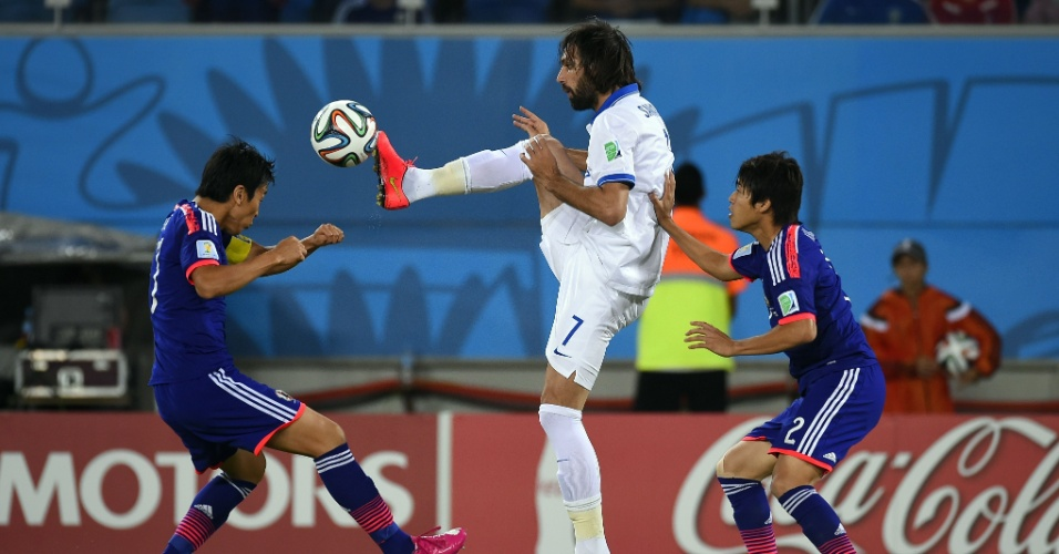 Cercado por dois japoneses, Georgios Samaras usa a sola da chuteira para dominar a bola