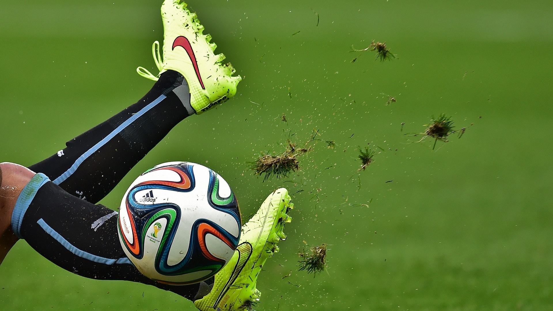 19.jun.2014 - Depois de perder na estreia, uruguaio tira até a grama do Itaquerão para tentar vencer a Inglaterra