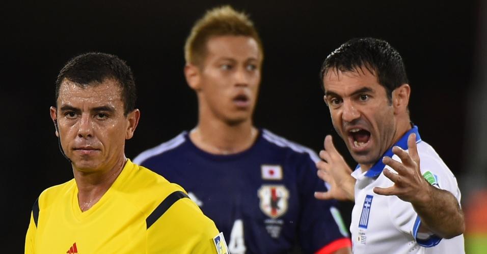 Giorgos Karagounis faz reclamação ao árbitro Joel Antonio Aguilar Chicas