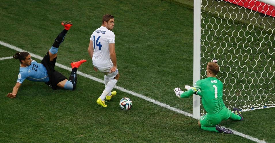 19.jun.2014 - Goleiro inglês Joe Hart defende a bola após finalização do uruguaio Martin Caceres, no Itaquerão