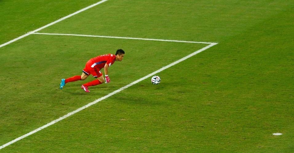Goleiro japonês Eiji Kawashima faz pose para fazer a defesa