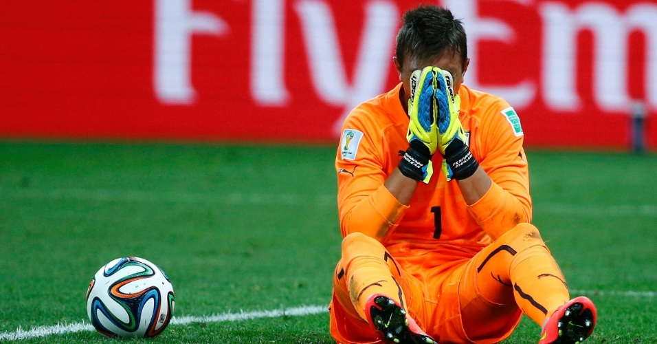 19.jun.2014 - Goleiro Muslera leva as mãos ao rosto e lamenta o gol de empate da Inglaterra contra o Uruguai