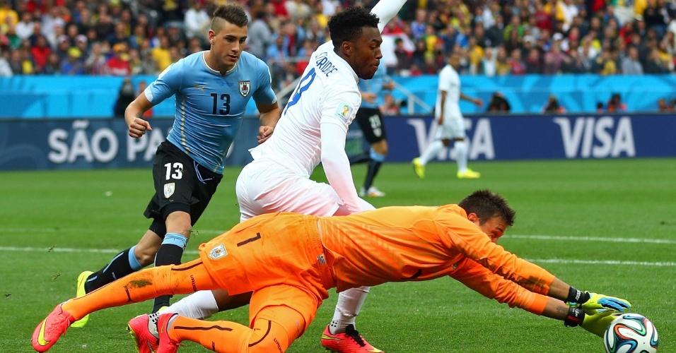 19.jun.2014 - Goleiro uruguaio Fernando Muslera faz defesa após chegada do inglês Daniel Sturridge, no Itaquerão