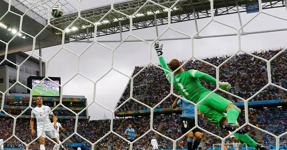 Inglês Joe Hart pula para fazer boa defesa contra o Uruguai, pela segunda rodada da Copa do Mundo