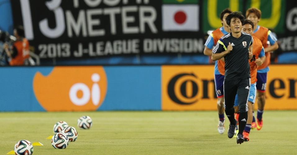 Japoneses realizam aquecimento antes do início da decisiva partida contra a Grécia, na Arena das Dunas