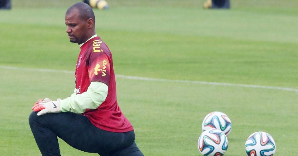 Jefferson faz alongamento na Granja Comary após reapresentação da seleção brasileira