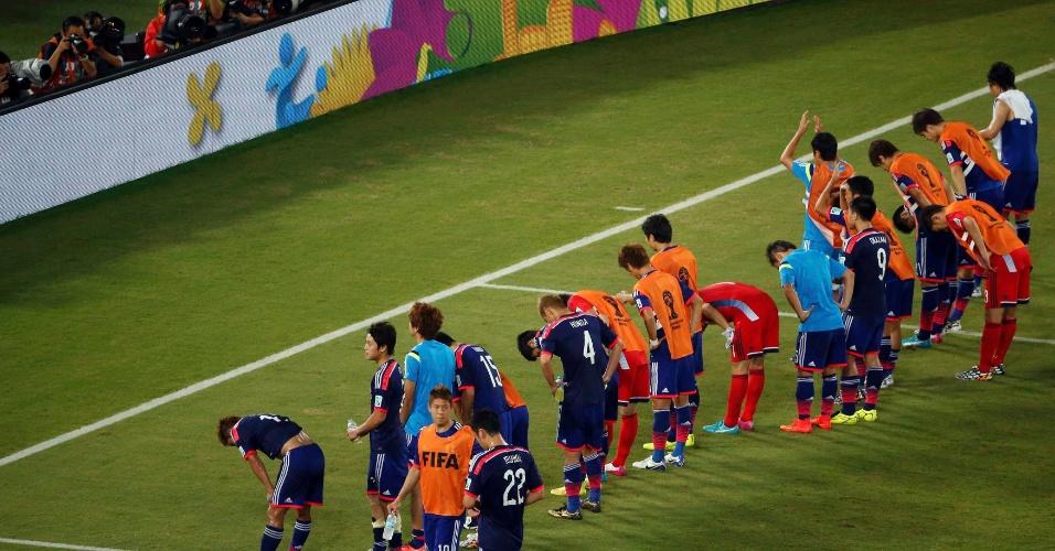 Jogadores japoneses agradecem o apoio da torcida na Arena das Dunas ao final do jogo