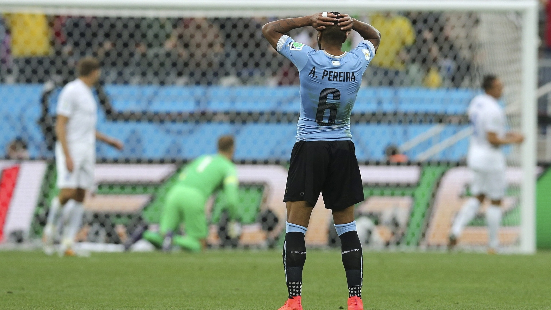 19.jun.2014 - Lateral Álvaro Pereira leva as mãos à cabeça após ver o Uruguai perder chance de gol contra a Inglaterra
