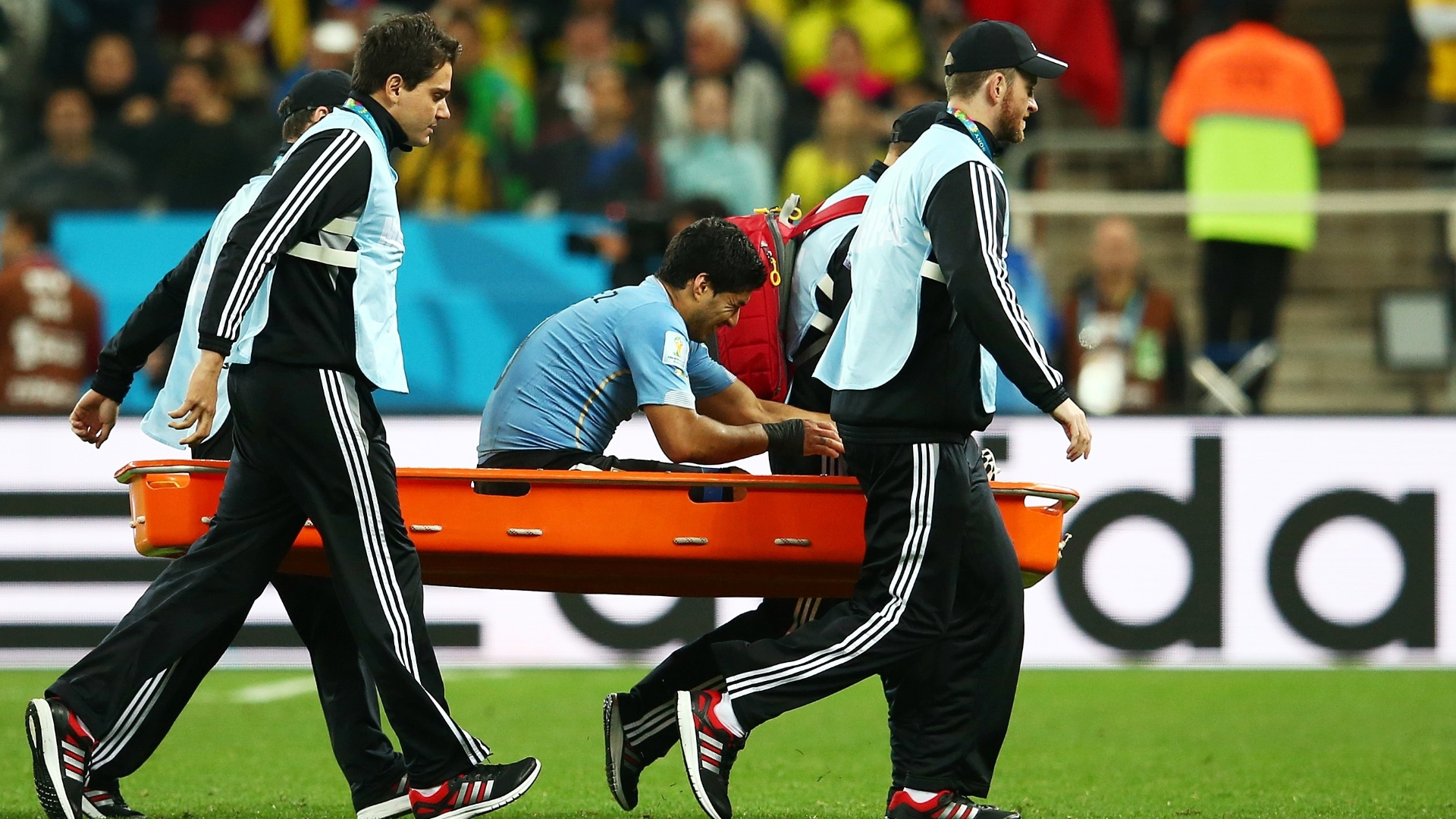 19.jun.2014 - Luis Suárez deixa o gramado de maca durante a vitória uruguaia. O atacante marcou os dois gols contra a Inglaterra