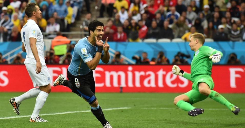 19.jun.2014 - Luis Suárez sai para comemorar depois de marcar sobre a Inglaterra na vitória uruguaia por 2 a 1