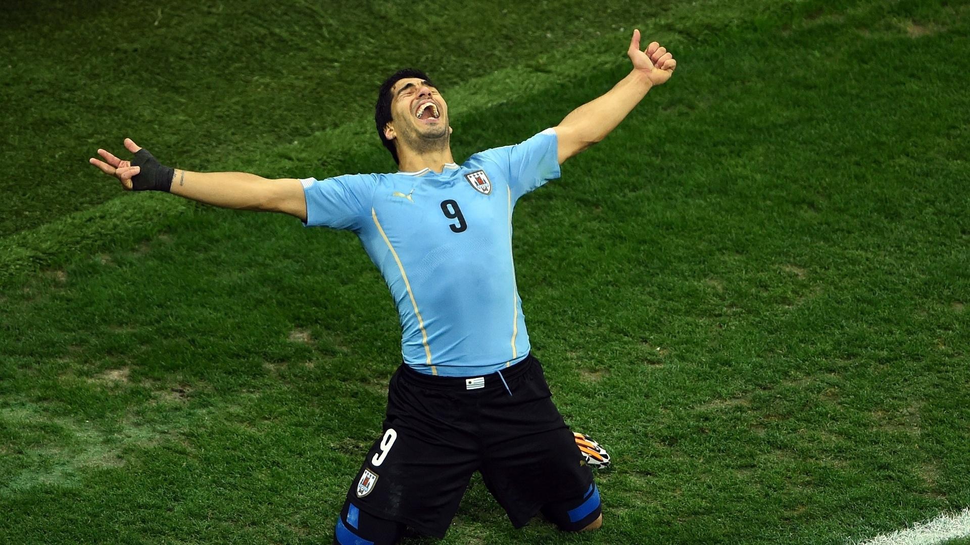 19.jun.2014 - Luis Suárez se ajoelha no gramado do Itaquerão para comemorar o seu segundo gol contra a Inglaterra