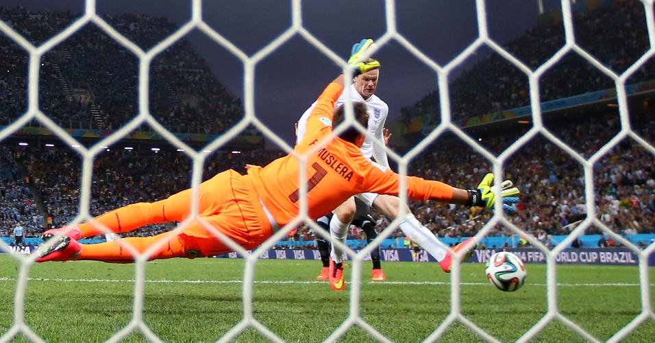 19.jun.2014 - Muslera não consegue impedir o gol de Rooney, que deixou o placar empatado entre Uruguai e Inglaterra